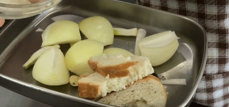 Перекручиваем лук и хлеб