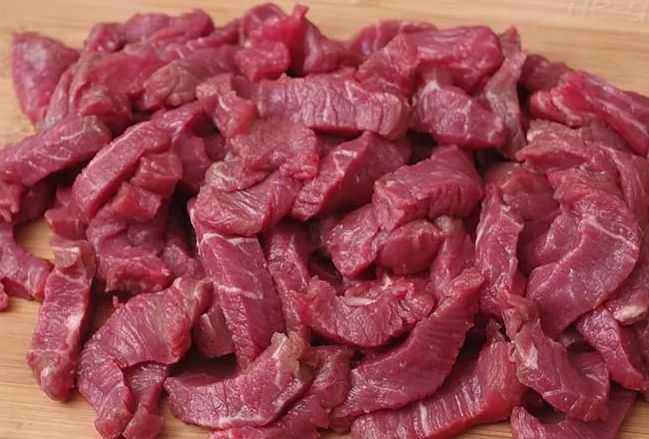 Нарезаем говядину