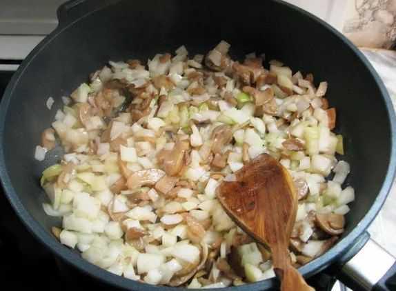 Обжариваем лук и грибы